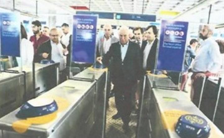 Metro também tira bancos para transportar mais passageiros