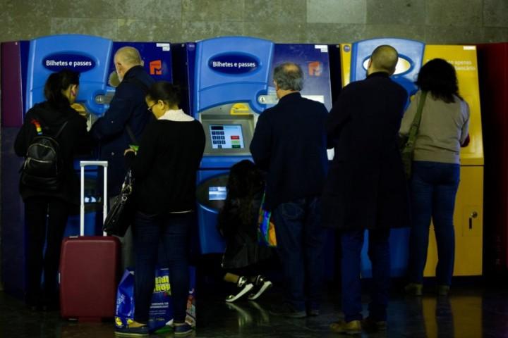 """Utentes do Oeste revoltados com """"impasse"""" nos passes inter-regionais para Lisboa"""