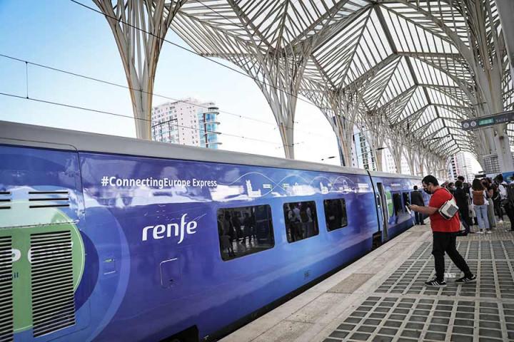 Comboio europeu chegou a Paris, muitas peripécias depois